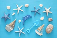 船舶,假期和旅行图象与海洋生活称呼对象 顶视图 免版税库存图片