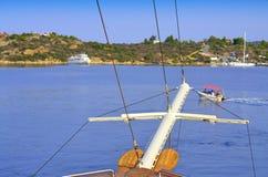 船船首斜桅爱琴海海湾 库存图片
