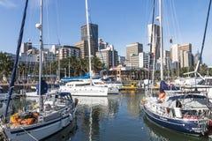 船被停泊在游艇痣反对城市地平线 免版税库存照片