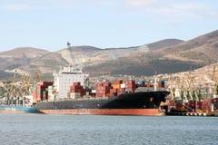 货船被停泊对在新罗西斯克,俄罗斯港的码头  免版税库存照片