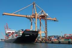 船装货在集装箱码头 图库摄影