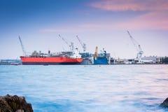 货船装货在货物终端 免版税库存照片