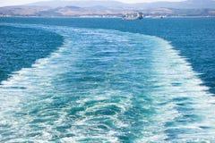 船跟踪水 库存照片