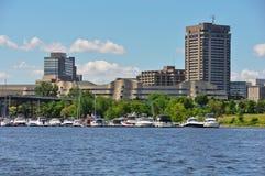 船身市的小游艇船坞和看法加蒂诺 免版税库存图片