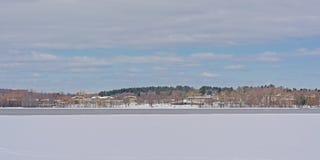 船身的费用沿渥太华河的有冰和雪的 免版税库存图片
