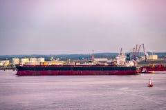 船身,英国- 2018年5月04日:通过接近船身-英国的工业地平线 库存照片