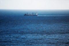 货船运载横跨海洋的游泳 免版税库存图片
