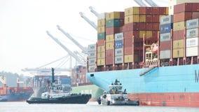 货船进入奥克兰的港克利特MARSK 库存图片