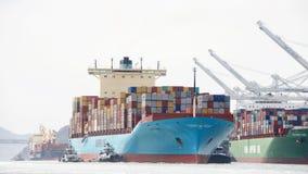 货船进入奥克兰的港克利特MARSK 库存照片