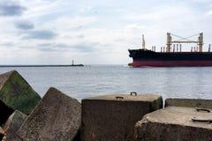 货船进入通过灯塔的口岸 库存图片