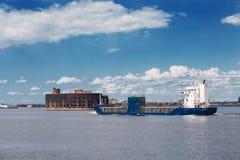 货船通过亚历山大堡垒在Kronstadt,俄罗斯附近 库存照片
