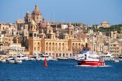 船通过沿比尔古海岸,马耳他的海湾 库存图片