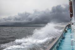 船通过波浪和风航行 免版税库存照片