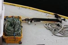 船锚和绳索在甲板 库存图片