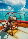 船锚在朝向到苏梅岛海岛的渡轮弓的绳索卷 免版税库存照片