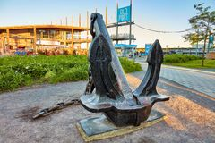 船锚雕塑、旧港口标志和雅克cartier pavillion在蒙特利尔,魁北克,加拿大 图库摄影