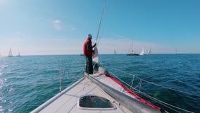 船长或水手在游艇的甲板鼻子站立 股票视频