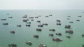 船顶视图和游船在暹罗湾航行 从小山的看法  股票视频