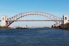 货船风帆在桥梁下 库存照片
