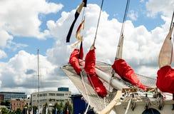 船首斜桅和帆船的被会集的红色风帆 免版税库存照片