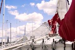 船首斜桅和帆船的被会集的红色风帆 免版税库存图片