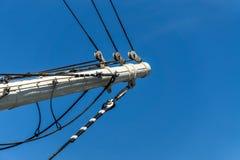 船首斜桅或一艘帆船的前面帆柱与固定的索具的 免版税库存图片