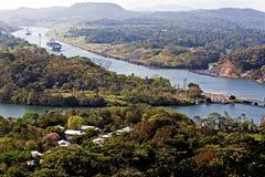 船驾驶巴拿马运河 免版税库存图片