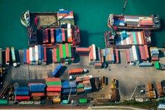 货船鸟瞰图在口岸终端的 香港 库存照片