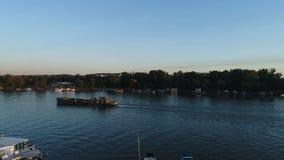 船鸟瞰图在城市河的 影视素材