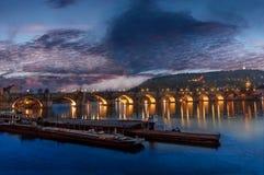 船,桥梁,完善的暮色天空 库存照片