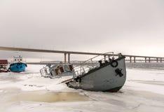 船击毁在一条冻河 库存照片