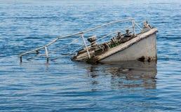 船击毁在河 库存照片