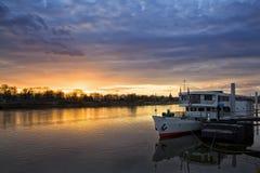 船说谎在码头在黄昏在德累斯顿 库存图片