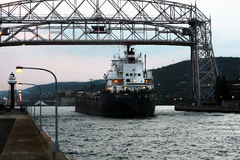 船货轮铁矿进入德卢斯港口 图库摄影