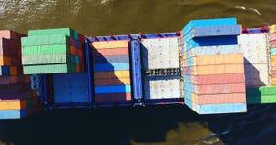 货船-集装箱船鸟瞰图-在行动的支援船只 股票视频
