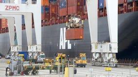货船APL在奥克兰港的大草原装货  免版税图库摄影