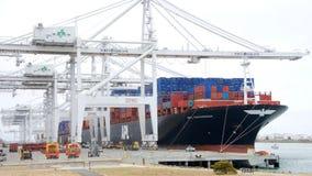 货船APL在奥克兰港的大草原装货  库存照片