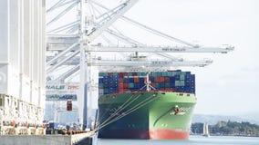 货船CSCL在奥克兰港的夏天装货  免版税库存图片