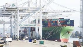 货船CSCL在奥克兰港的夏天装货  库存照片