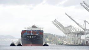 货船HANJIN离去的英国奥克兰港  免版税库存图片