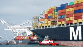 货船MSC进入奥克兰的港阿莱 库存照片