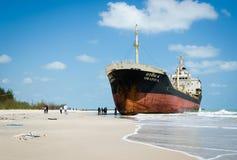船ORAPIN 4由碰撞的波浪撞了岸上。 免版税库存图片