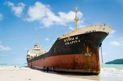 船ORAPIN 4由碰撞的波浪撞了岸上。 库存图片