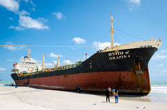 船ORAPIN 4由碰撞的波浪撞了岸上。 免版税库存照片