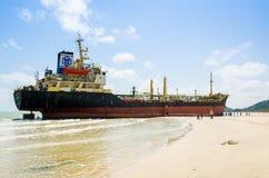 船ORAPIN 4由碰撞的波浪撞了岸上。 免版税图库摄影