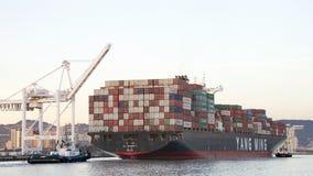 离去货船YM的全体一致奥克兰港  图库摄影