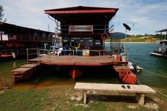 80艘步行者钢浮船居住船 免版税库存照片