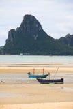 2艘船前景和山背景垂直 免版税库存照片
