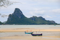 2艘船前景和水平山的背景 免版税库存照片
