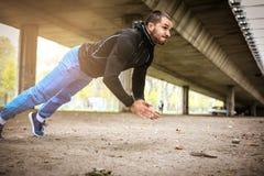 艰苦行使为身体 人运作的锻炼 免版税库存图片